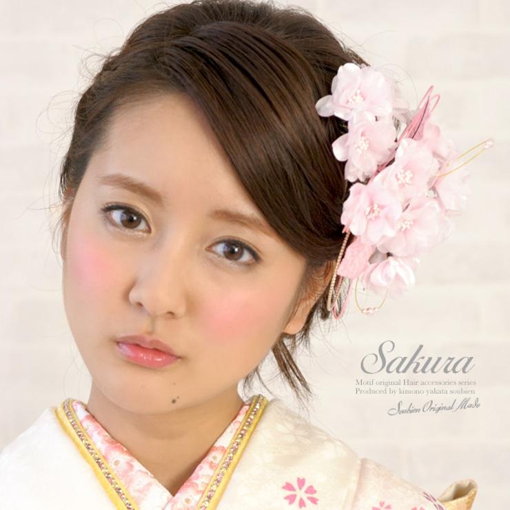 パールや組紐が施されたピンク色の桜モチーフ髪飾り | 詳細画像